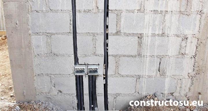 Îngropare tuburi de cabluri în perete de BCA sau cărămidă