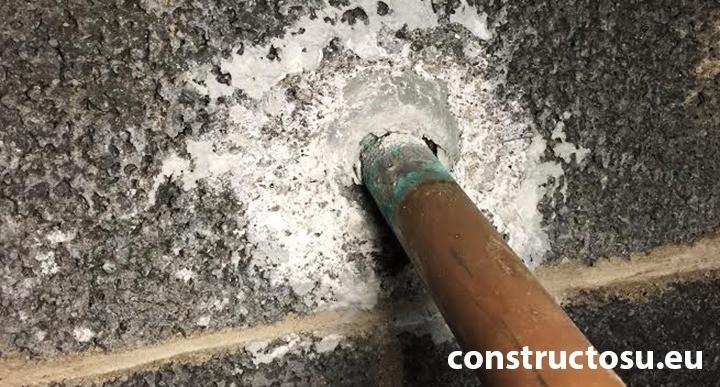 Țeavă de copru instalată necorespunzător în peretele de beton zidit