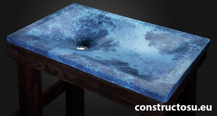 Chiuvetă beton albastru cadru lemn natural mobilă