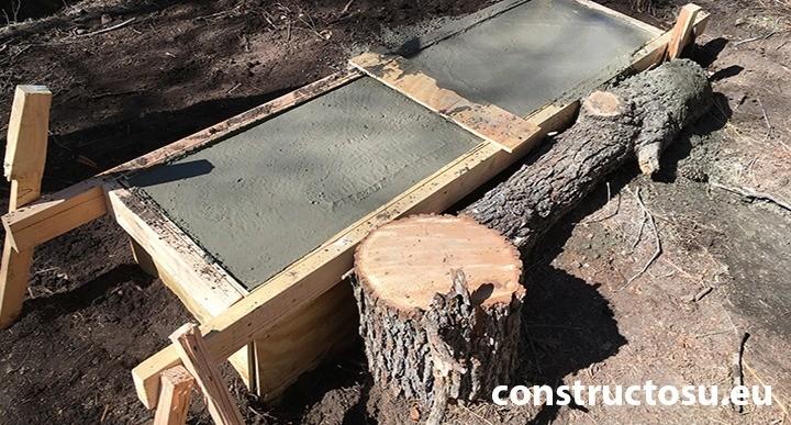 Cofraj de beton din placaj, sustinut cu bușteni de lemn