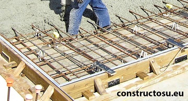 Cofraj din scânduri utilizat la turnarea unei plăci de beton peste sol