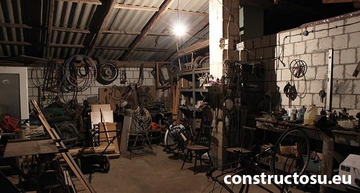 Atelier meșteșugăresc sau magazie cu un iluminat slab
