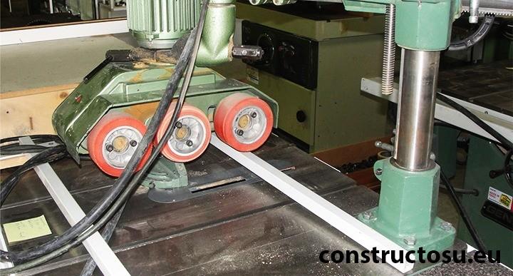 Extensie pentru avansul mecanic la un circular cu masă