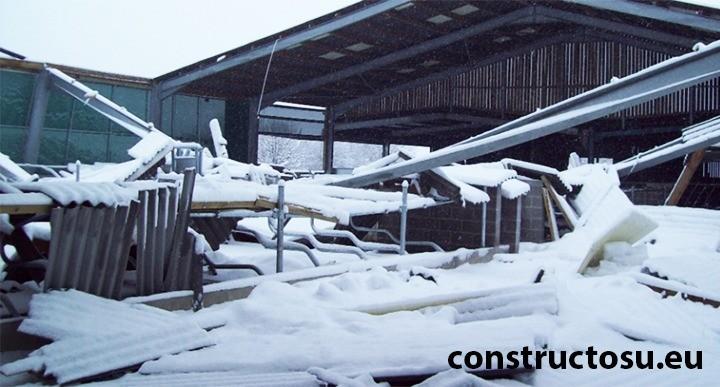 Hală metalică zdrobită de încărcarea cu zăpadă