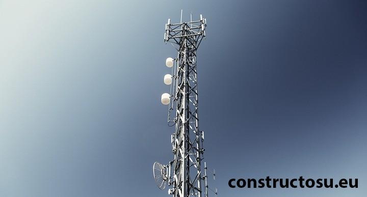Stâlp înalt din oțel pentru antene orientate și distribuite