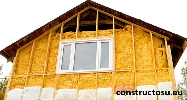 Casă construită din lemn pe structură ușoară termoizolată cu spumă poliuretanică