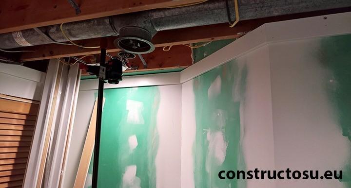 Pereți amenajare baie instalație de extracție în tavan