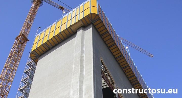Cofraj glisant care alcătuiește miezul de beton al unei clădiri din oțel și beton armat