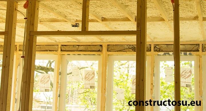 Casă pe structură ușoară construită cu dulapi de lemn