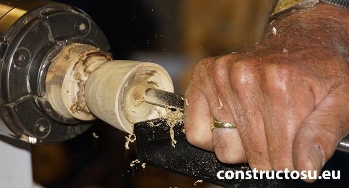 Așchiere piesă lemnoasă cu ajutorul strungului de lemn