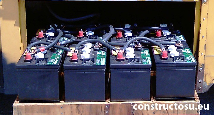 Banc de baterii utilizat pentru stocarea energiei solare într-un punct mobil