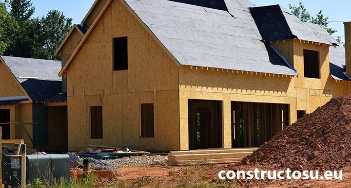 Casă de lemn de dimensiuni mari placată la exterior cu OSB