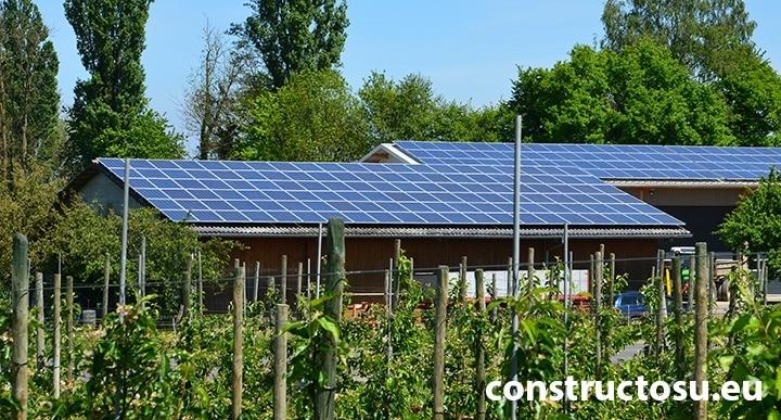 Panouri solare montate pe o magazie în mediul rural