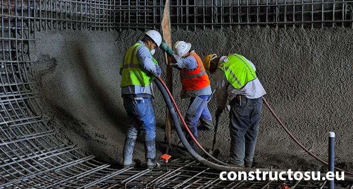 Echipă de muncitori pe șantier respectând obligațiile lor