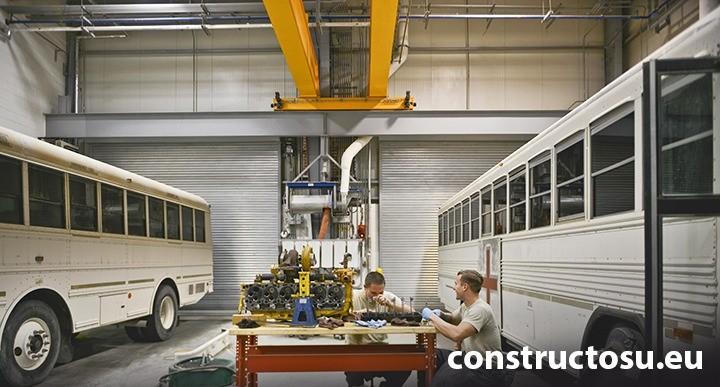 Lumină difuză într-un atelier mecanic
