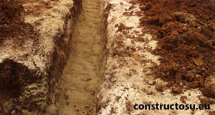 Șanț nivelat cu nisip și compactat cu maiul vibrator