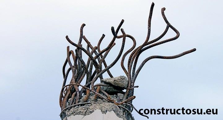 Armătură fier beton îndoit în timpul demolării